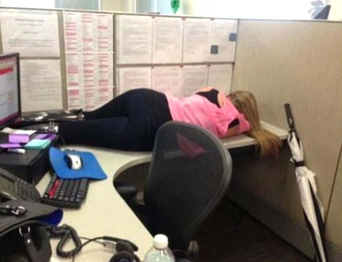 приколы про работу - сон на офисном столе