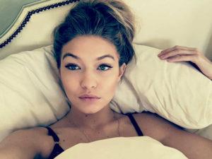 Селфи девушек в кровати (40 фото)