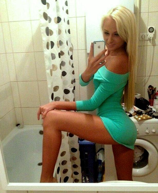 селфи девушки в ванное в сексуальном платье