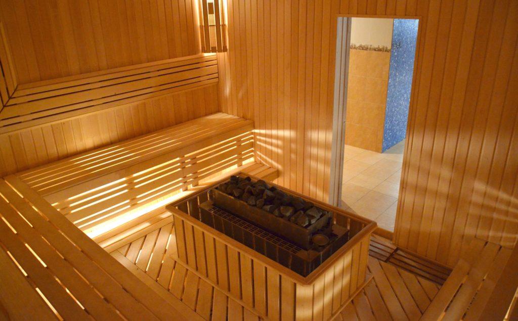 Дизайн комнаты отдыха в бане с кухней