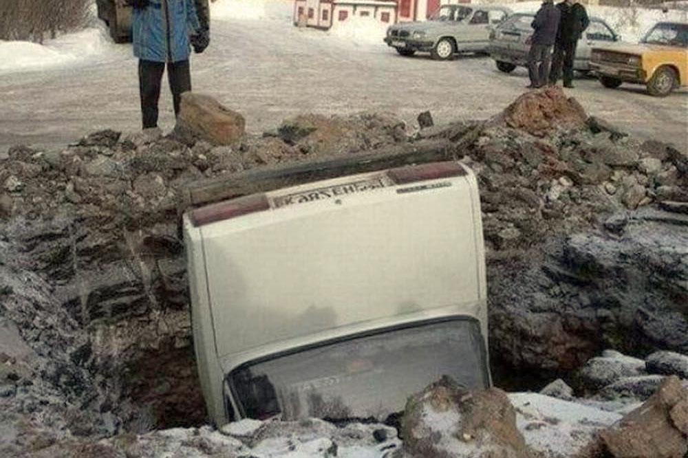 фото приколы про дороги - машина провалилась в дыру
