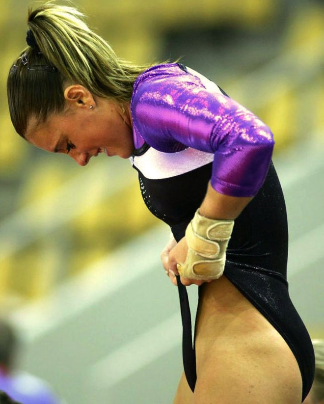 Фото спортсменок с торчащими трусами приколы